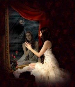 mulher_olhando_espelho_e_vultom